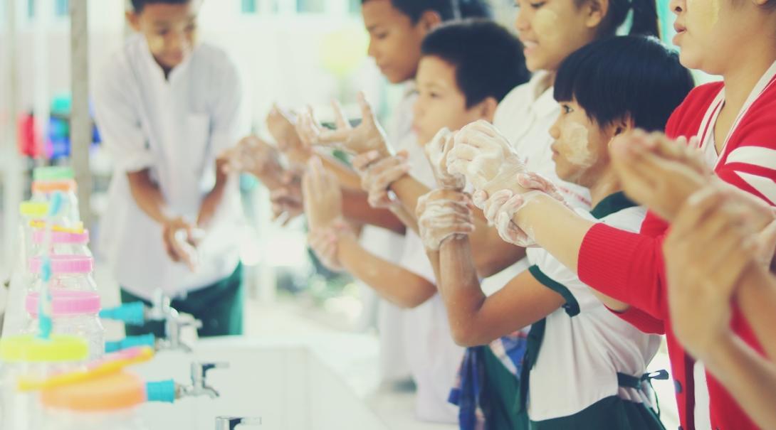 徹底した手洗いの仕方を学ぶアジアの発展途上国の子供たち